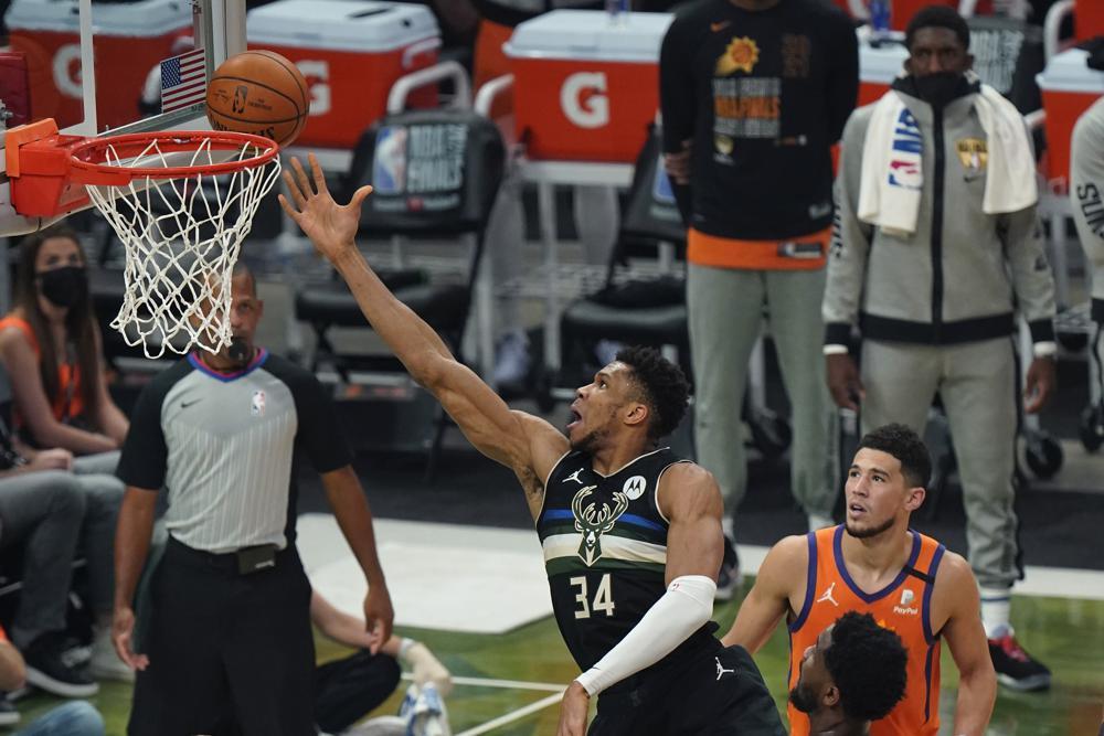 Giannis trong một pha lên rổ thành công trong Game 6 với Phoenix Suns hôm 20/7. Ảnh: AP