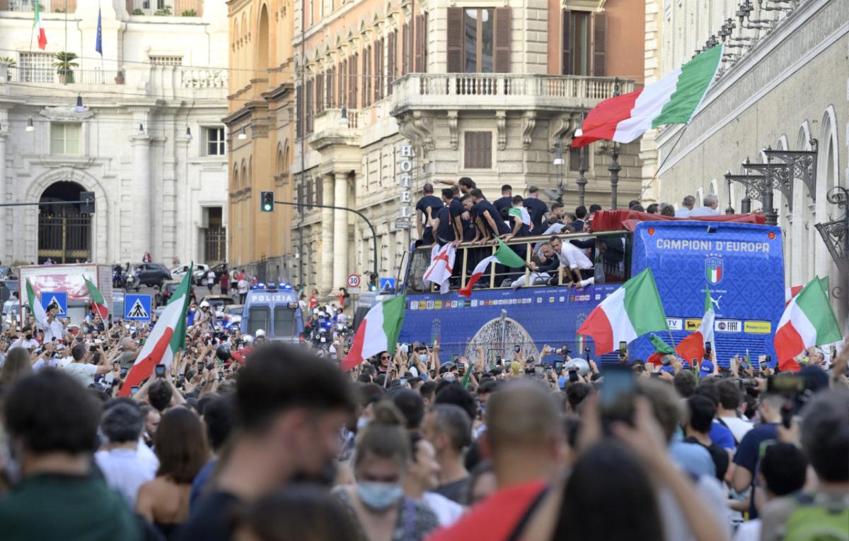 Tuyển Italy thu hút đám đông trong lễ diễu hành ở thủ đô Rome. Ảnh: AP.