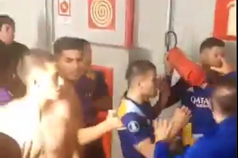 Rojo cầm bình cứu hoả, định tấn công các cầu thủ Atletico. Ảnh chụp màn hình.