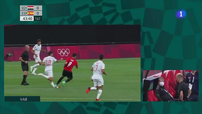 Pha vào bóng ác ý của Taher khiến Ceballos dính chấn thương ở cuối hiệp một. Ảnh: Marca