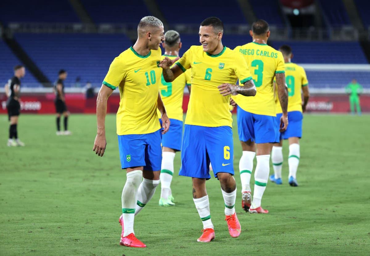 Richarlison (số 10) ghi ba bàn đầu tiên của Brazil tại Olympic 2020. Ảnh: Sky