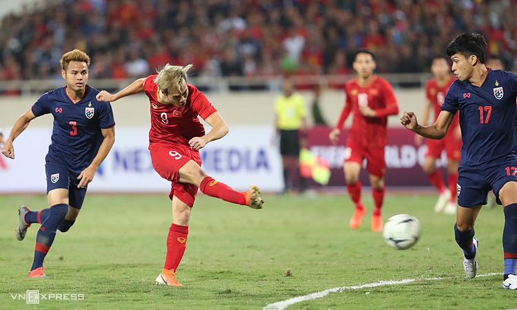 Nguyễn Văn Toàn dứt điểm trong trận hòa Thái Lan 0-0 ngày 19/11/2019.
