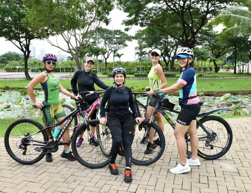 Huyen (tengah) sering berpartisipasi dalam perjalanan bersepeda bersama teman dan keluarga