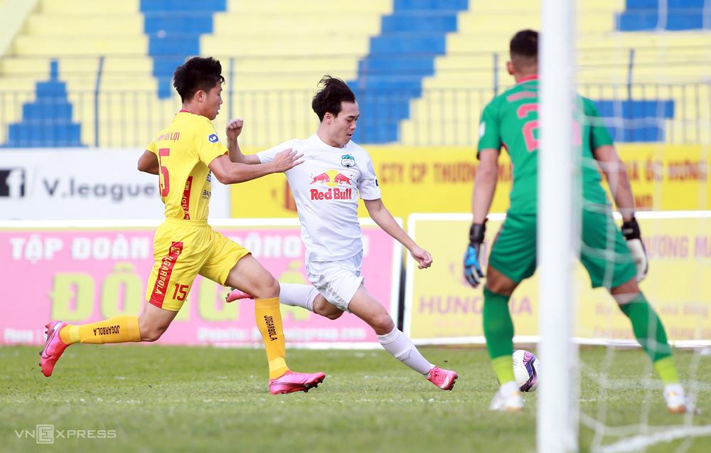 HAGL (baju putih) memimpin V-League dengan 29 poin setelah 12 pertandingan.  Foto: Lam Thoa