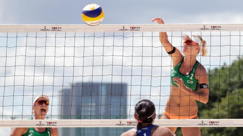 Trận bóng chuyền bãi biển đầu tiên của Olympic Tokyo bị hủy vì Covid-19. Ảnh: Reuters