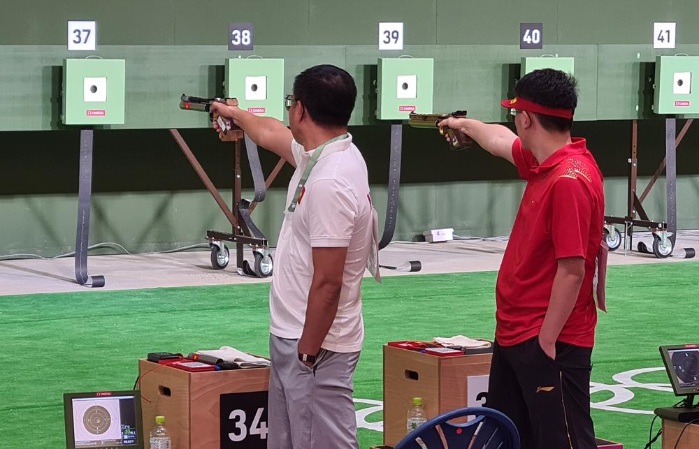 Hoàng Xuân Vinh (trái) thi đấu tại Olympic Tokyo ngày 24/7.