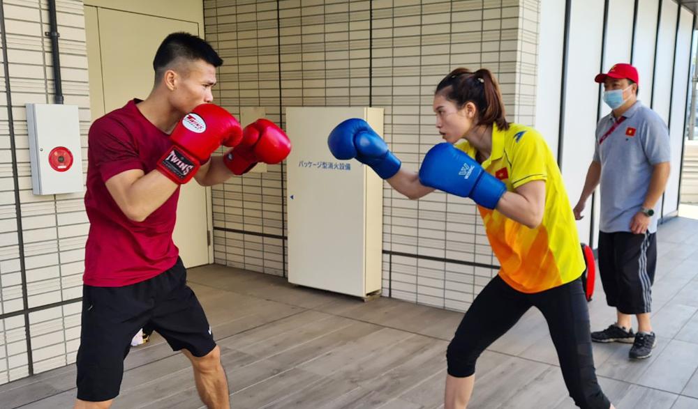 Văn Đương (trái) tập luyện cùng đồng đội nữ Nguyễn Thị Tâm tại Tokyo.