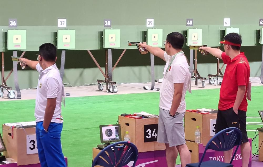 Hoang Xuan Vinh (tengah) kehilangan tiketnya ke final pistol udara 10m putra pada pagi hari 24/7.