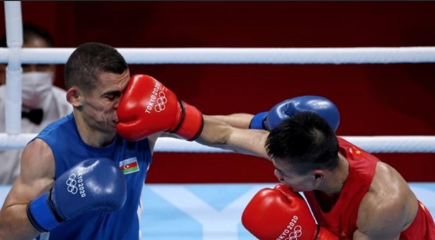 Văn Đương trong một pha ra đòn chính xác, trúng mặt Tayfur. Ảnh: AFP