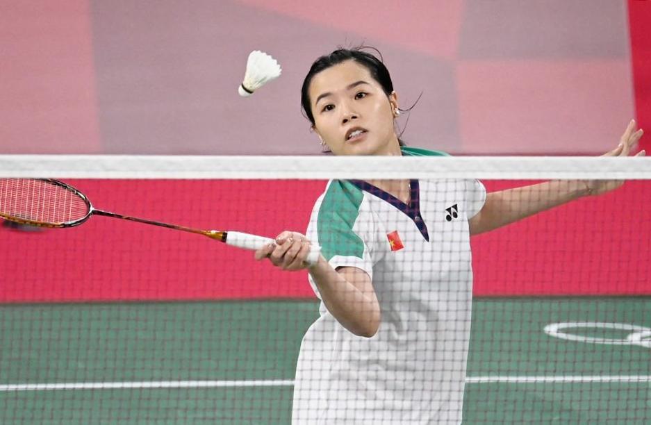 Thuỳ Linh trong một pha lên lưới đánh nhanh để ghi điểm trước Xuefei Qi sáng nay. Ảnh:AFP