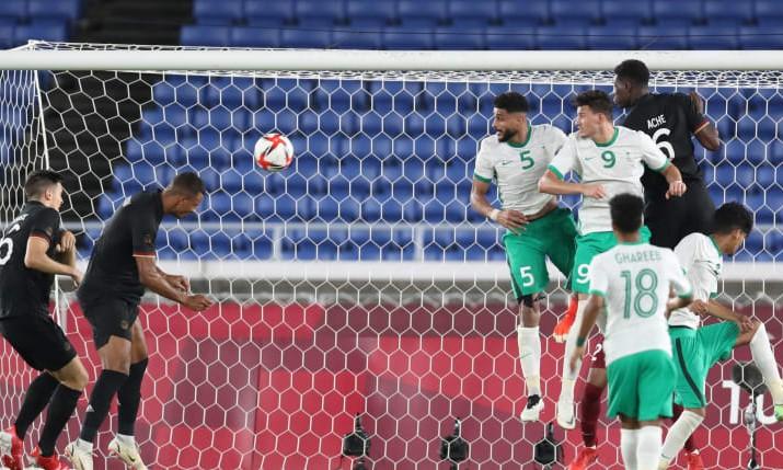 Uduokhai đánh đầu ghi bàn ấn định chiến thắng cho Đức. Ảnh: AFC.