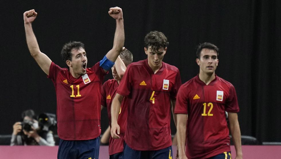 Oyarzabal (trái) đem lại ba điểm quý giá cho Tây Ban Nha. Ảnh: AP.