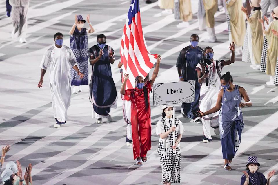 Đoàn VĐV Liberia diễu hành trong lễ khai mạc Olympic Tokyo 2020 với bộ trang phục do Telfar thiết kế. Ảnh: Olympics
