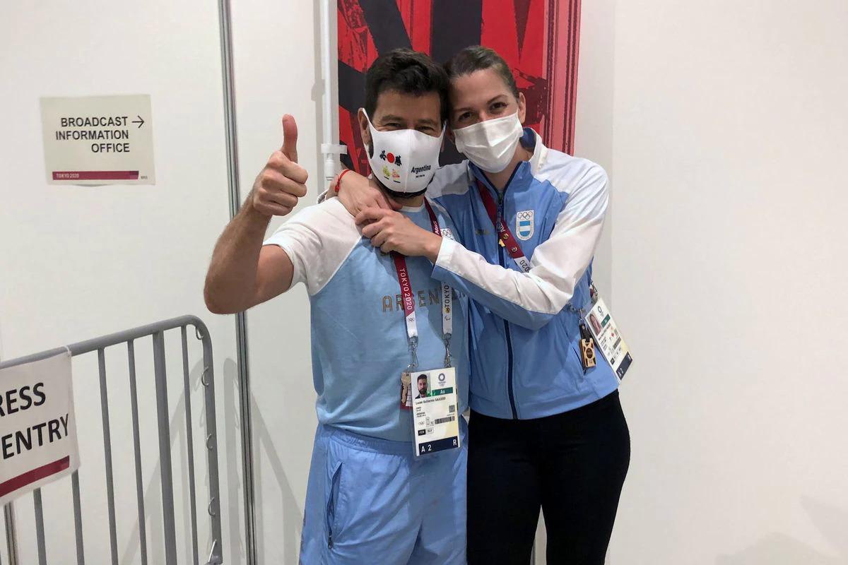 HLV Saucedo hạnh phúc khi được bạn giá Maurice nhận lời cầu hôn tại Tokyo chiều 26/7. Ảnh: Reuters