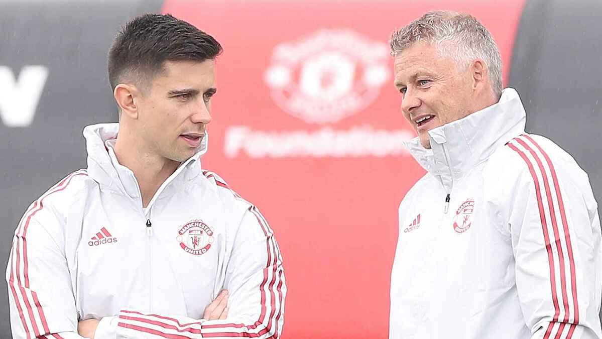 Eric Ramsay (trái) cùng HLV Solskjaer trên sân tập của Man Utd. Ảnh: Man Utd.