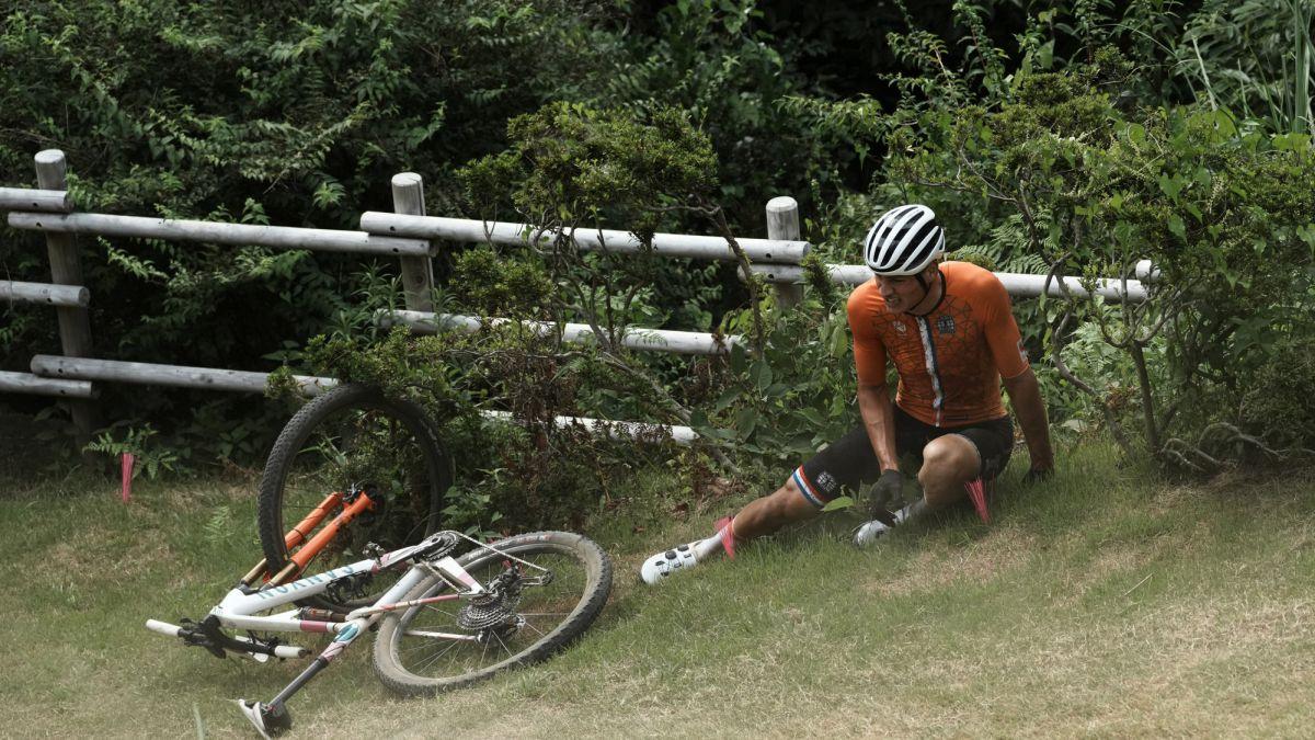 Van der Poel đau đớn sau cú ngã lộn nhào. Ảnh: AP