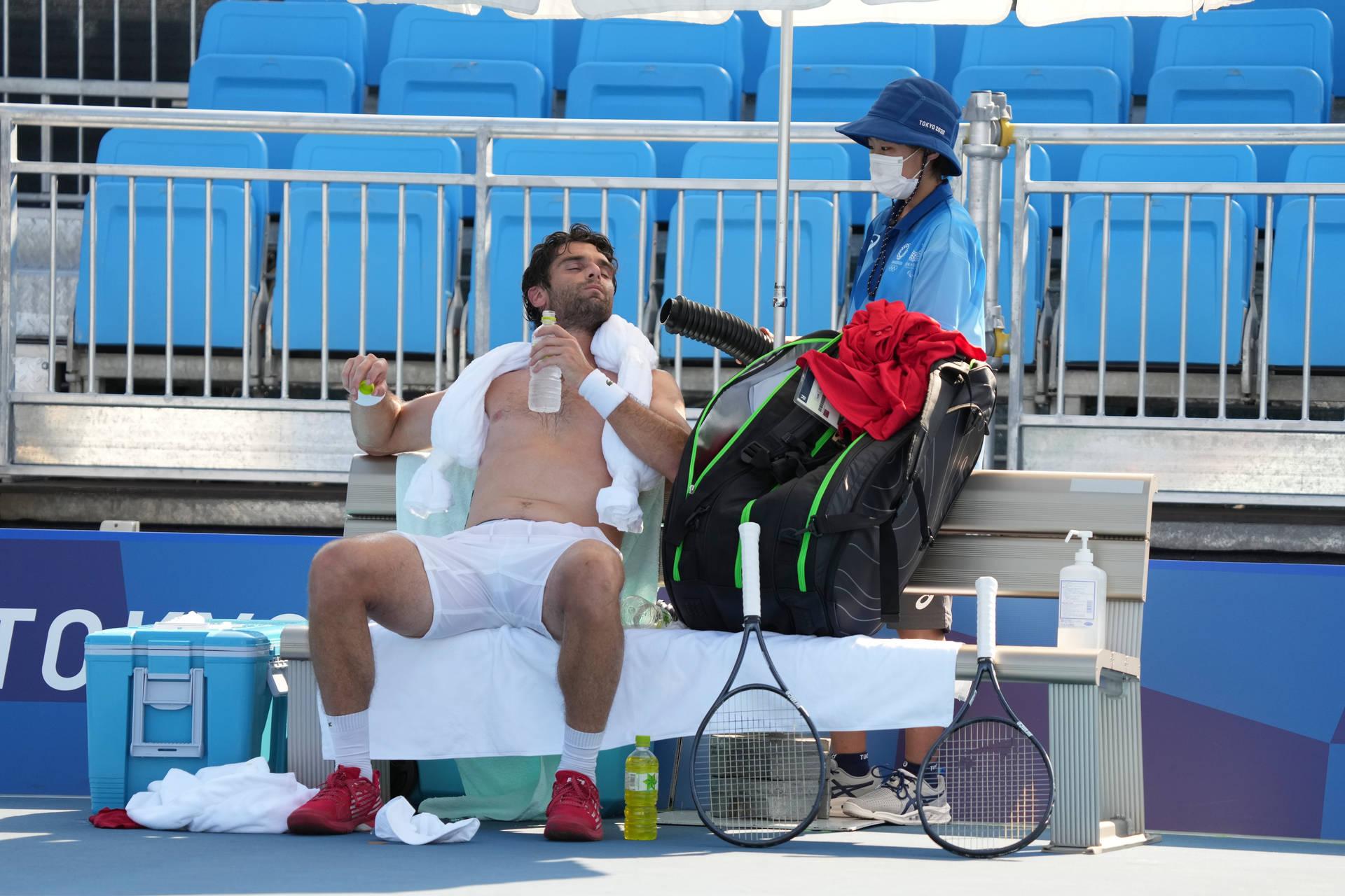 Tăng thời gian giải lao, chườm khăn đá và dùng cả quạt đá chuyên dụng ... là các giải pháp được đưa ra để giảm nhiệt cho VĐV ở môn tennis. Ảnh: i