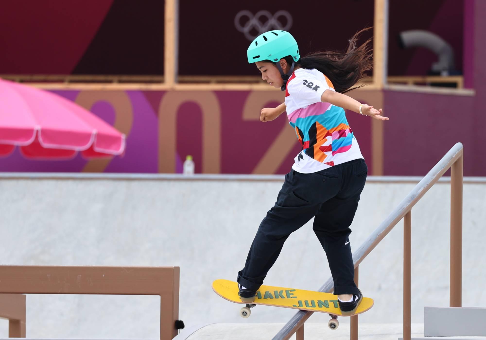Một pha trượt ván mạo hiểm của Nakayama.