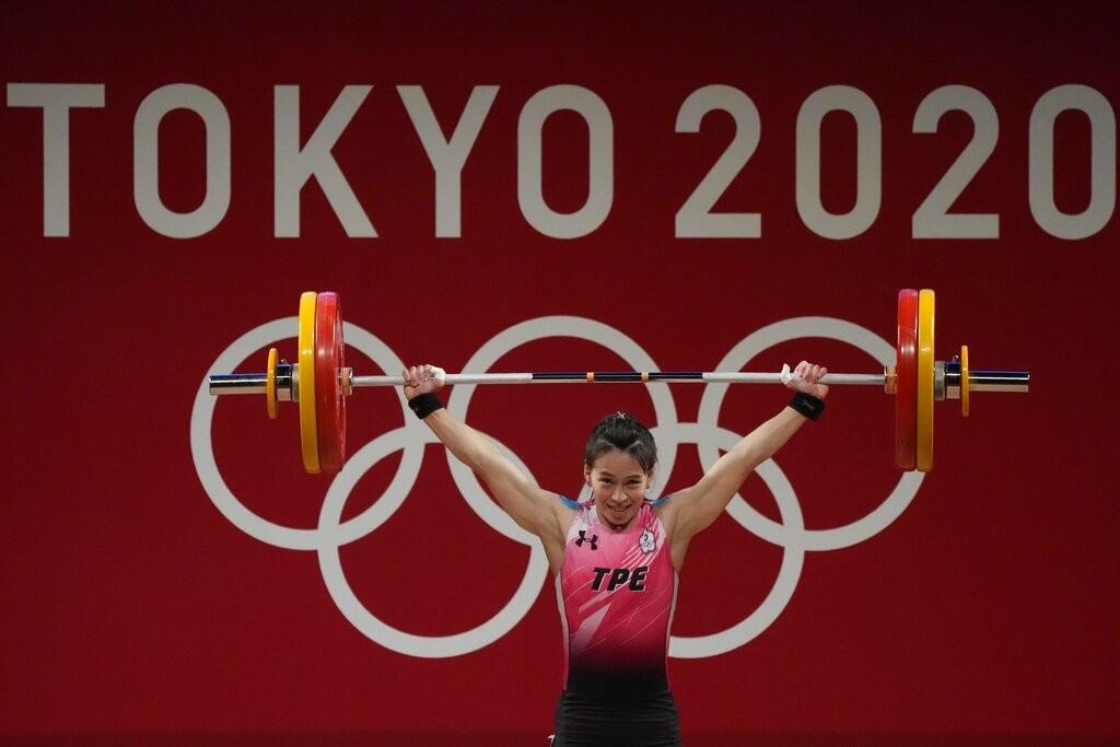 Kou khi nâng thành công mức tạ 103 kg cử giật tại Olympic Tokyo 2020 chiều 27/7. Ảnh: AP