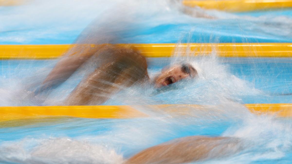 Huy Hoang mencoba untuk mempercepat di babak kualifikasi gaya bebas 800m pada sore hari tanggal 27 Juli di Istana Akuatik Tokyo.  Foto: Reuters.