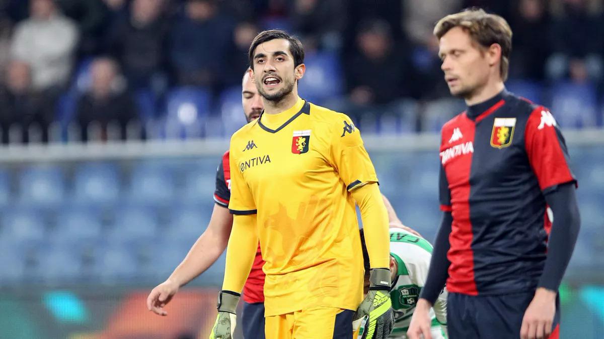 Perrin (áo vàng) là thủ môn Italy hiếm hoi còn lại chấp nhận rời các đội bóng lớn để tìm cơ hội thi đấu thường xuyên tại những CLB khiêm tốn hơn về tầm vóc như Genoa. Ảnh: Lapresse