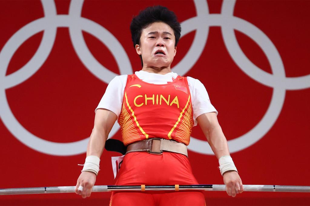 Bức ảnh được Reauters chọn khi đăng bài về huy chương vàng của Hou Zhihui. Ảnh: Reuters.