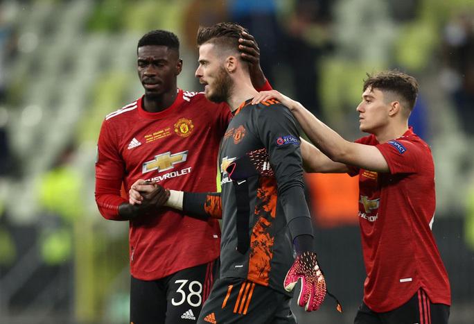 Đồng đội an ủi De Gea sau pha sút hỏng luân lưu trong trận chung kết Europa League 2021. Ảnh: Reuters.
