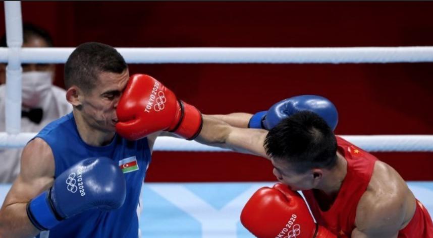 Van Duong (sarung tangan merah) meninju petinju Tayfur Aliyev di babak 16 besar.  foto: AFP