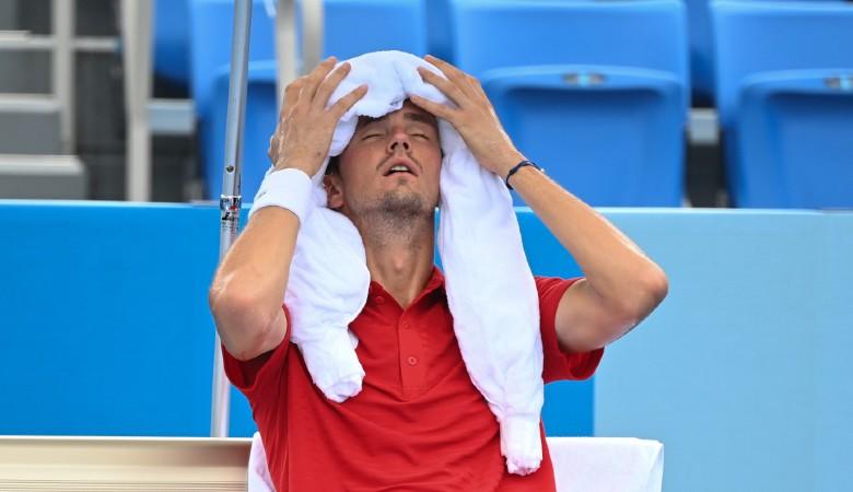 Medvedev liên tục dùng khăn lạnh để giải nhiệt khi thi đấu vào giữa trưa. Ảnh: Tennis365