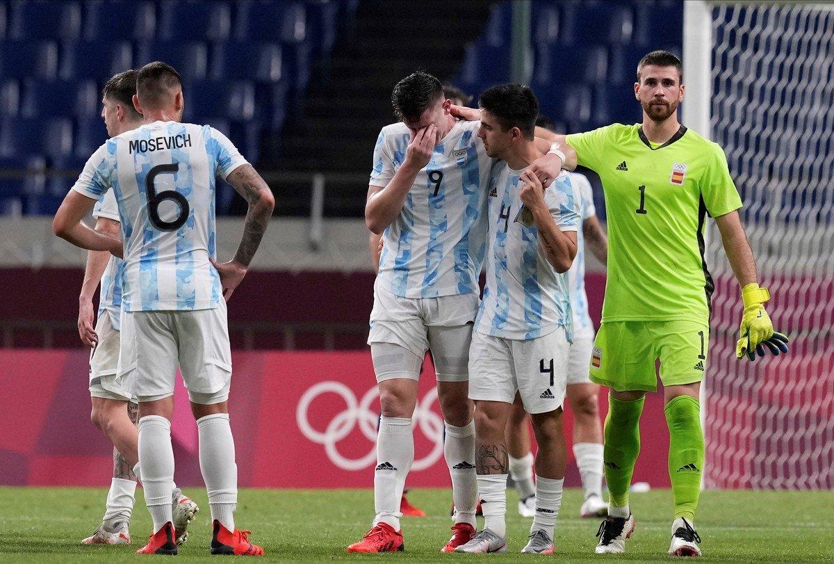 Cầu thủ Argentina buồn bã sau khi bị loại. Ảnh: Ole