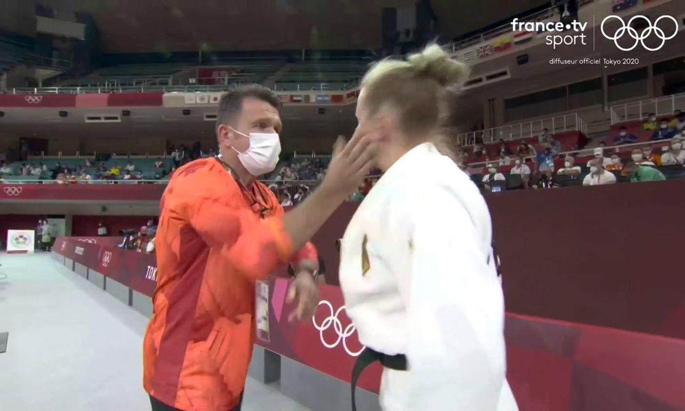 Pusa tát Trajdos là nghi thức khởi động của võ sĩ người Đức. Ảnh: France TV Sport.