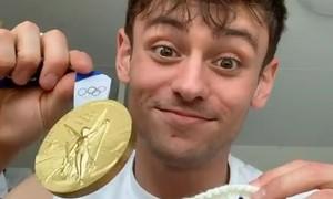 VĐV đồng tính đan bao len đựng HC vàng Olympic