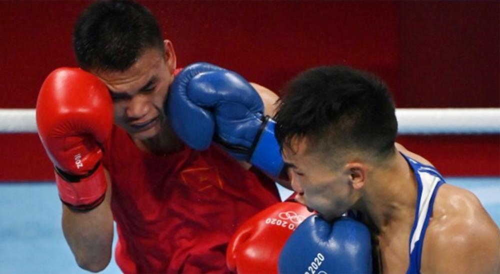 Nguyễn Văn Đương trong trận thua Erdenebatyn Tsendbaatar tại Olympic Tokyo. Ảnh: AFP