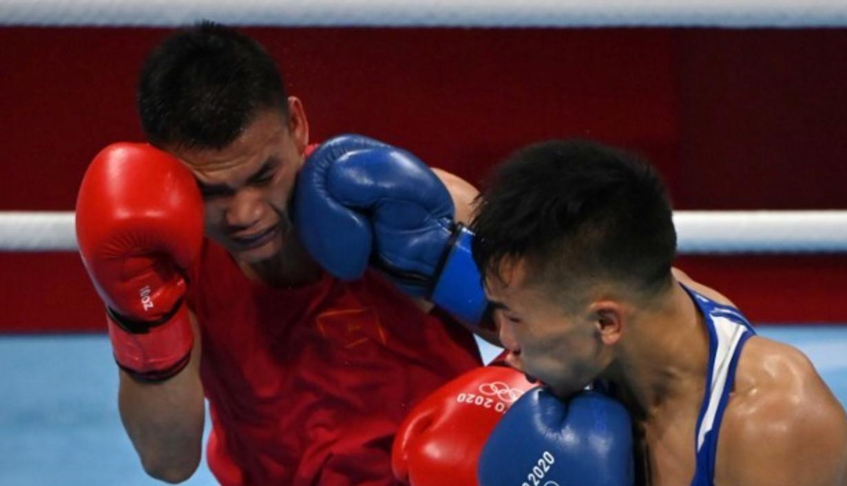 Tsendbaatar (găng xanh) đánh tốt hơn Văn Đương cả trận. Ảnh: AFP