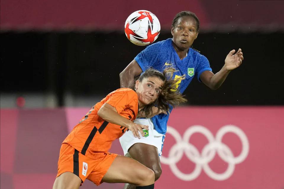 ฟอร์มิก้า (เสื้อสีน้ำเงิน) เข้าสกัดในเกมที่บราซิลเสมอกับเนเธอร์แลนด์ 3-3 ในรอบที่สองของฟุตบอลหญิงเมื่อวันที่ 24 กรกฎาคม  ภาพ: Reuters