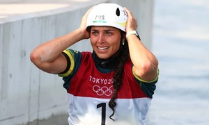 Nữ VĐV dùng bao cao su vá thuyền ở Olympic