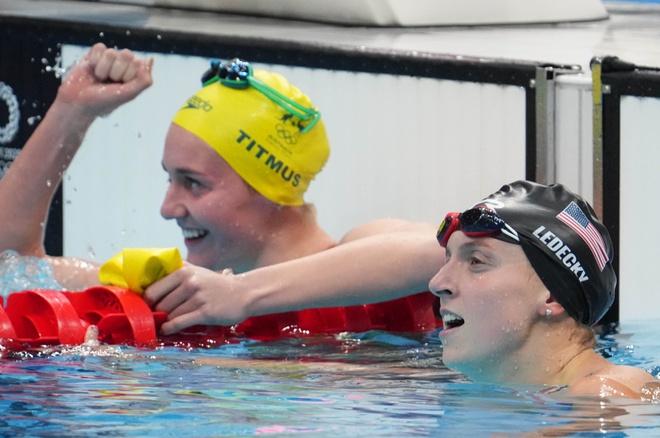 Titmus (trái) thắng đàn chị Ledecky ở cả hai nội dung. Ảnh: Reuters.