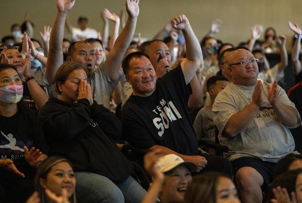 John (tengah) - Ayah Lee, dan komunitas Hmong di Minnesota mendukung Suni di final all-around Olimpiade Tokyo.  Foto: NY Post