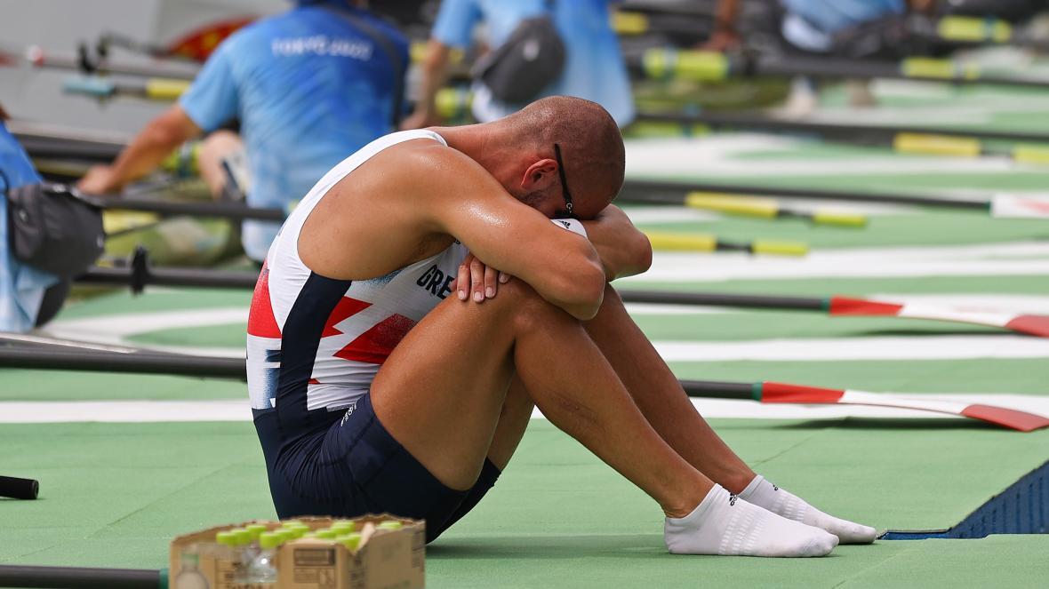 Nỗi thất vọng của Mohamed Sbihi, người cầm cờ của Đoàn thể thao Vương quốc Anh tại lễ khai mạc Olympic Tokyo. Sbihi từng giành HC vàng tại Olympic Rio 2016. Ảnh: Times
