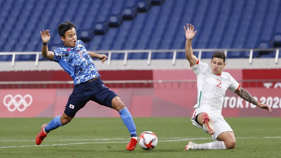 """คูโบะ (ซ้าย) ในสถานการณ์เปิดเกมที่ญี่ปุ่นเอาชนะเม็กซิโก 2-1 เมื่อวันที่ 25 กรกฎาคม  ภาพถ่าย: """"Kyodo"""""""