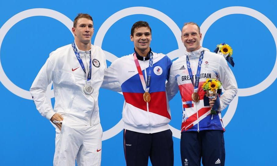 Murphy (trái) trên bục nhận huy chương với Rylov (giữa) và Greenbank. Ảnh: Reuters.