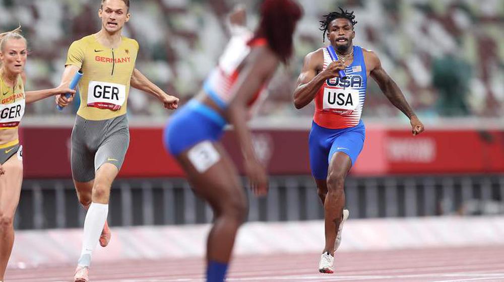 Lynna Irby kehilangan fokus, berdiri di posisi yang salah, menyebabkan tim didiskualifikasi karena melanggar aturan.  foto: AFP