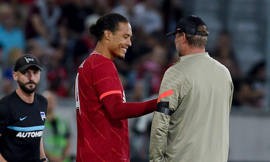 """Van Dijk และ Klopp มีความสุขหลังเกมเนื่องจากการกลับมาของกองหลังกัปตันชาวดัตช์อย่างราบรื่น  ภาพถ่าย: """"Liverpool FC ."""""""