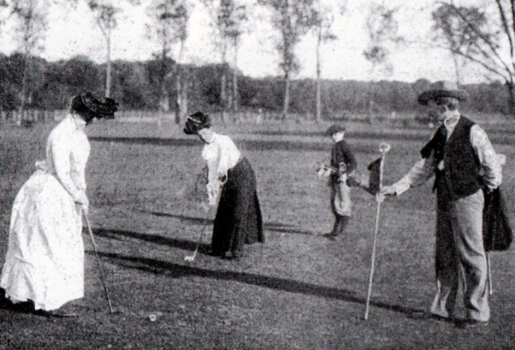 Các golfer nữ tranh tài ở Olympic Paris 1900. Ảnh: Kishimoto