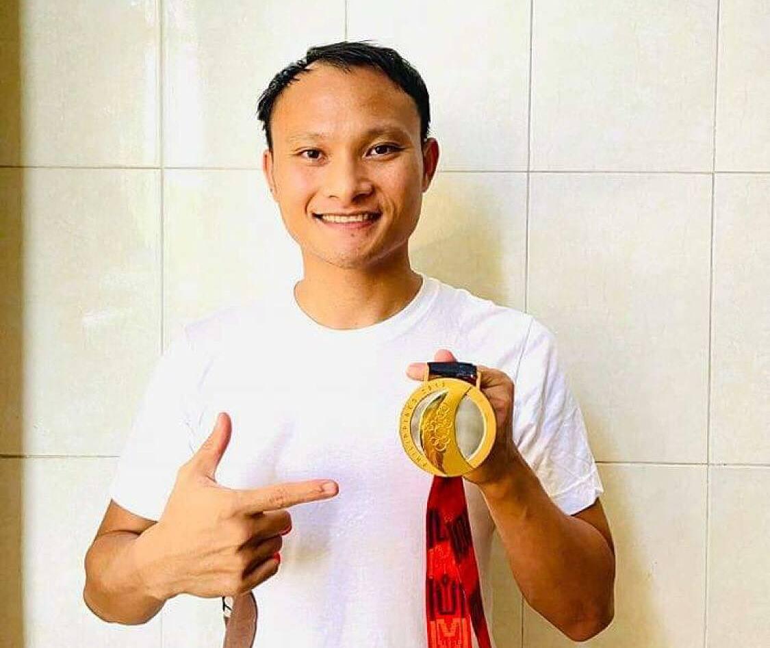 Trọng Hoàng chụp ảnh trước khi tặng tấm HC vàng SEA Games 2019. Ảnh: NVCC.