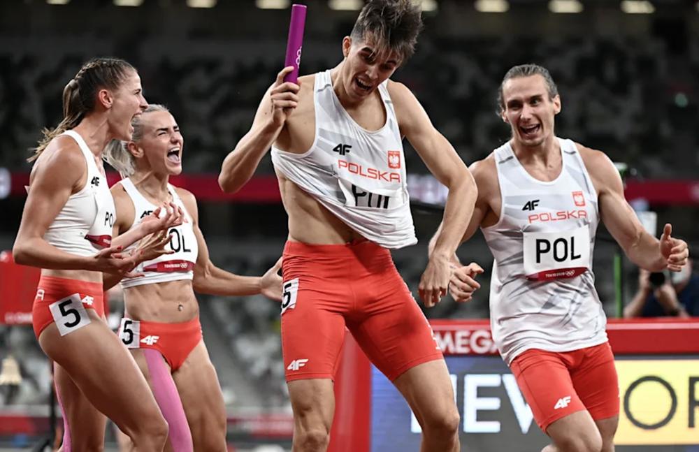 Bốn vận động viên Ba Lan ăn mừng tấm HC vàng tại Nhật Bản, đồng thời xác lập kỷ lục Olympic. Ảnh: AFP