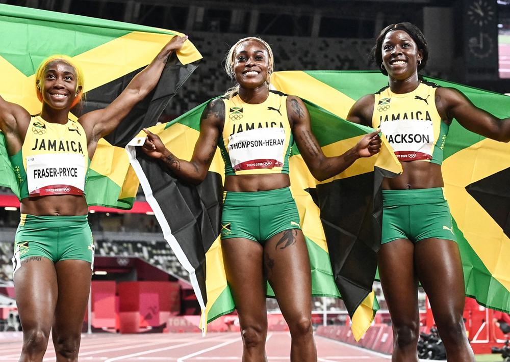 Fraser-Pryce Shelly-Ann, Elaine Thompson-Herah và Jackson Sherrika ăn mừng sau khi về đích tối 31/7. Ảnh: AFP