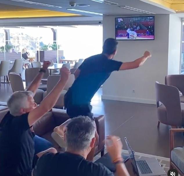 Mourinho dan para asistennya dengan gembira merayakan kemenangan Fonseca pada 29 September.