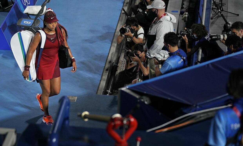 Osaka meninggalkan lapangan setelah kalah dari Vondrousova di babak ketiga Olimpiade 2020. Foto: AP.