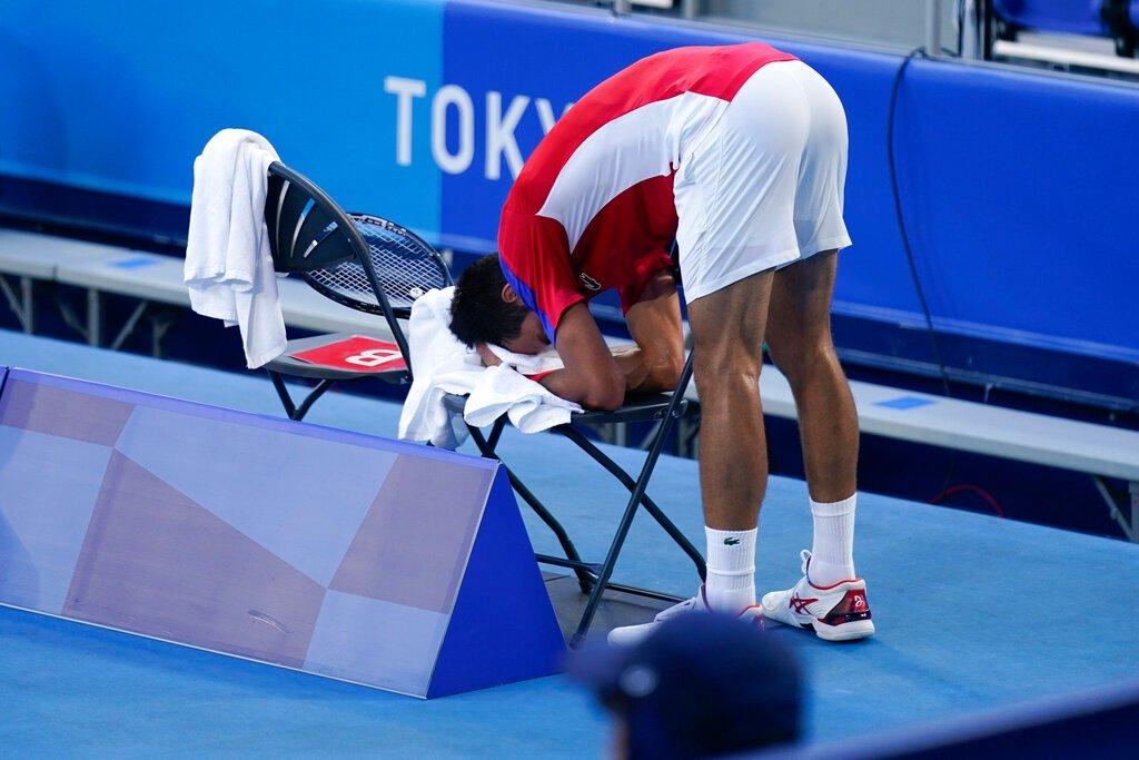 Djokovic thất vọng với màn trình diễn của bản thân, trong trận thua Carreno Busta chiều 31/7. Ảnh: Eurosport